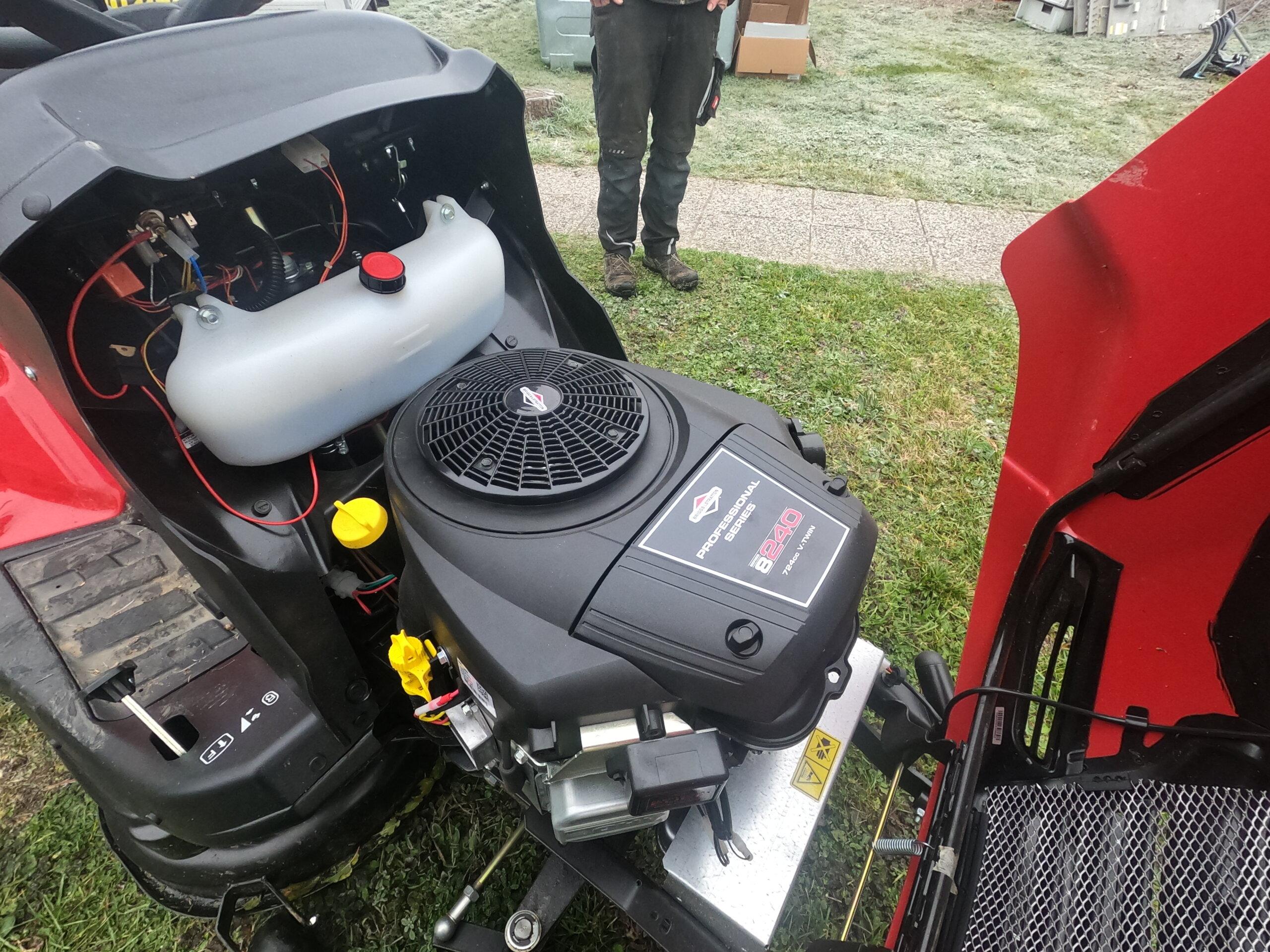 Briggs and Stratton Motor im Herkules Rasentraktor
